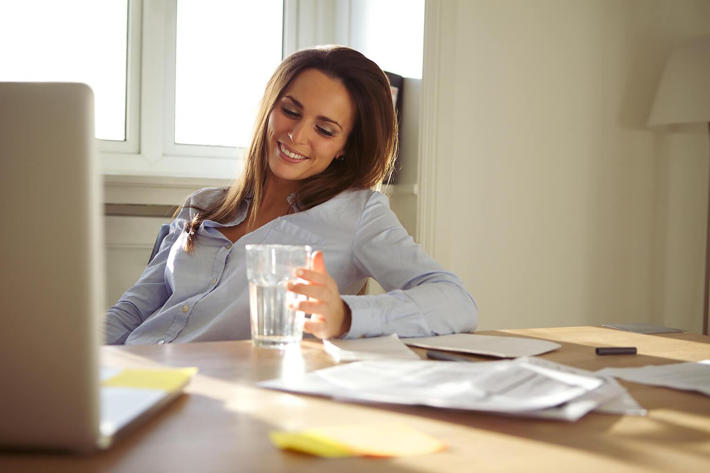 szklanka wody przy pracy